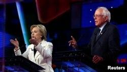 14일 미국 뉴욕에서 열린 민주당 대선 토론회에서 힐러리 클린턴 후보(왼쪽)와 버니 샌더스 후보가 설전을 벌이고 있다.