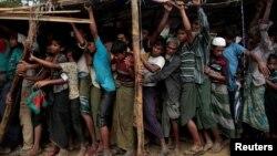 بنگلہ دیش کے کاکسس بازار کیمپ میں روہنگیا پناہ گزین کمبل حاصل کرنے کے لیے قطار میں کھڑے ہیں۔ نومبر 2017