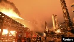 2015年4月7日消防员努力扑灭福建漳州石化厂大火