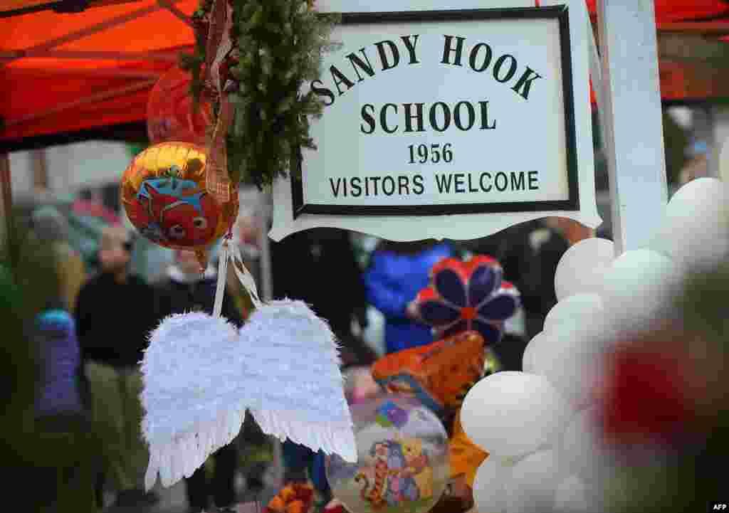 2012年12月16日,在一个临时纪念龛敬献给康州纽顿桑迪.胡克小学枪击案死难者的天使翅膀和气球。