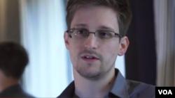 Edward Snowden je napomenuo da se on i njegova supruga ne odriču američkog državljanstva.