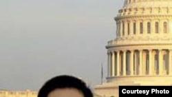 워싱턴 DC 거주 당시 미 연방 의사당을 배경으로 서 있는 크리스토퍼 안. 안 씨의 변호사가 미 연방법원에 제출한 보석 재심신청서에 첨부한 사진이다.