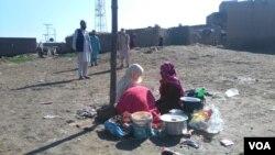 پاکستان میں 14 لاکھ رجسٹرڈ افغان مہاجرین موجود ہیں جب کہ لاتعداد ایسے افغان بھی یہاں مقیم ہیں جو نادرا کے پاس رجسٹر نہیں ہیں۔