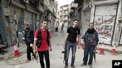 5月3日站在霍姆斯街头的叙利亚反政府士兵
