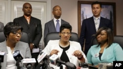 Geneva Reed-Veal (C) mother of Sandra Bland, and her daughters Sharon Cooper, (L) and Sierra Cole are backed up by attorneys at a news conference, Aug. 4, 2015, in Houston, Texas.