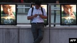 """资料照:北京街头的电影""""战狼2""""的广告"""