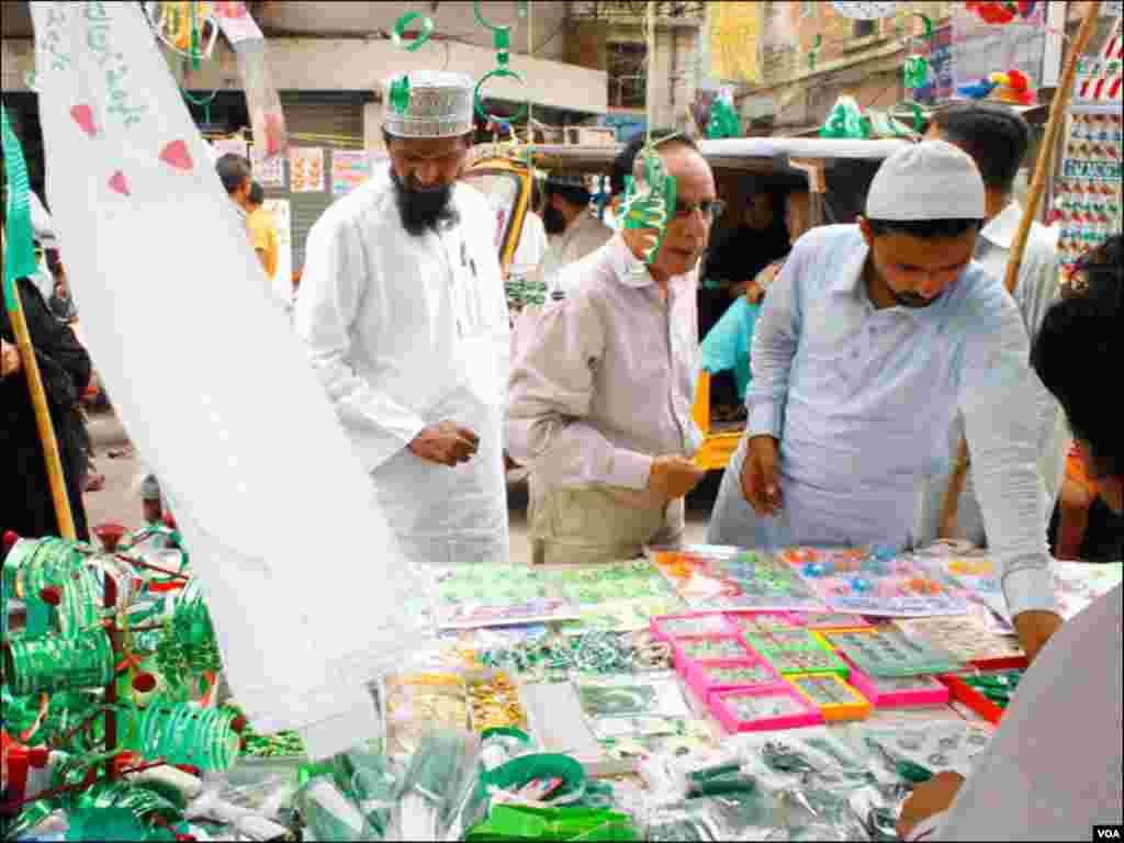 ایک اسٹال پر شہری اپنی پسند کے بیجز خریدنے میں مصروف ہیں