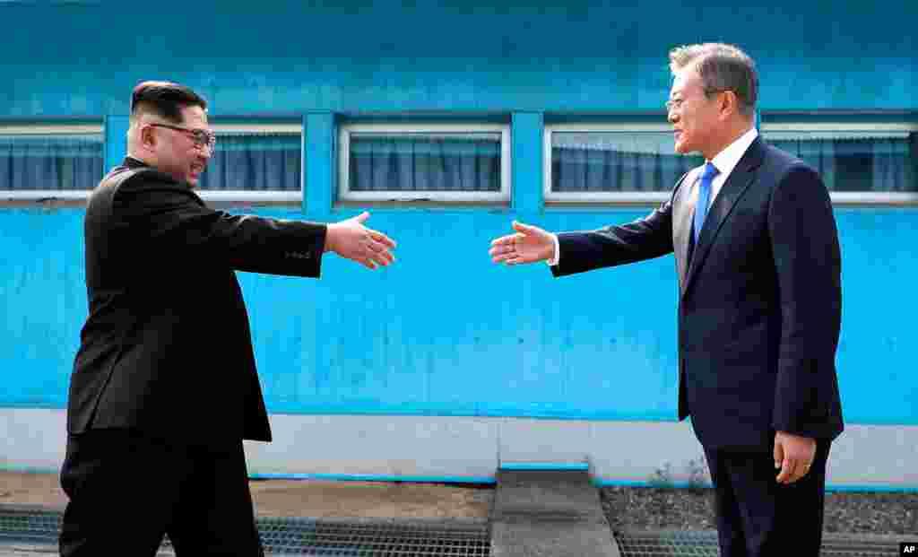 Saludo entre Kim y Moon en Panmunjom.