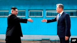 جنوبی کوریا کے صدر مون جائے ان دونوں ملکوں کی سرحد پر شمالی کوریا کے سربراہ کم جونگ ان کا استقبال کر رہے ہیں۔