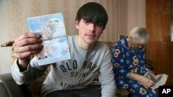 Alexander Abnosov cho các phóng viên xem hộ chiếu Mỹ của mình ở thành phố Cheboksary, Nga, 20/3/2013