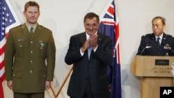 Министр обороны США Леон Панетта (в центре)