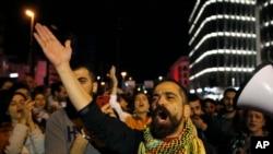 在黎巴嫩首都贝鲁特,反政府抗议者上街阻路,呼喊口号。(2019年12月4日)