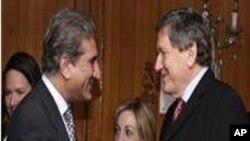 رچرڈ ہولبروک (دائیں) اور پاکستانی وزیر خارجہ شاہ محمود قریشی