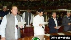 Thủ tướng Nawaz Sharif (trái)