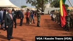 Le secrétaire général de l'ONU, Antonio Guterres (2e à g.), salue le drapeau aux côtés du Premier ministre du Mali, Soumeylou Boubèye Maïga (1er à g.), le 29 mai 2018, à Bamako. (VOA/Kassim Traoré)