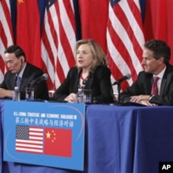 From left, Chinese State Councilor Dai Bingguo, China's Vice Premier Wang Qishan, Secretary of State Hillary Rodham Clinton, and Treasury Secretary Timothy Geithner take part in a joint meeting of the US-China Strategic and Economic Dialogue (S&ED), Wash