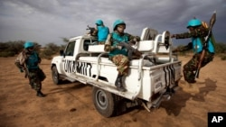 pasukan penjaga perdamaian gabungan PBB-Uni Afrika di Darfur (UNAMID) melakukan patroli di Khor Abeche, Darfur, Sudan (foto: dok).