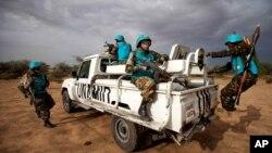 Pasukan penjaga perdamaian PBB (UNAMID), melakukan patroli di Khor Abeche, Darfur Selatan, Sudan (foto: dok).