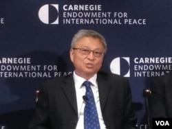清华大学国际关系学院教授阎学通在卡内基和平基金会主办的研讨会上 (2010年11月11日,美国之音钟辰芳拍摄)