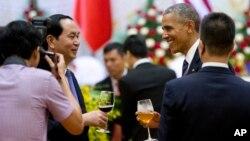 Tổng thống Mỹ Barack Obama và Chủ tịch nước Việt Nam Trần Đại Quang trong buổi tiệc trưa tại Trung tâm hội nghị quốc tế ở Hà Nội, ngày 23/5/2016.