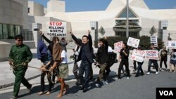 미국 워싱턴 주재 중국대사관 앞에서 탈북자 강제북송 중단을 촉구하는 집회와 행진이 열렸다. 한국에서 워싱턴을 방문한 탈북자들도 집회에 참석했다. (자료사진)