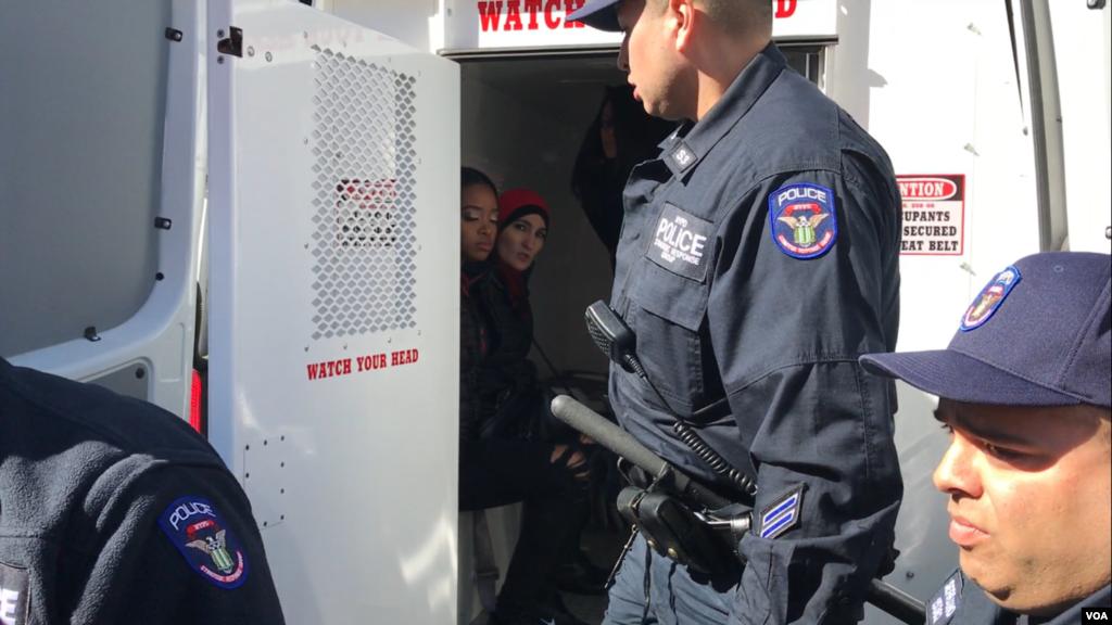 نیو یارک میں ایک ریلی کے دوران، پولیس ایک خاتون کو گرفتار کرتے ہوئے۔