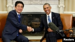 Presiden AS Barack Obama (kanan) menerima Perdana Menteri Jepang Shinzo Abe di Gedung Putih, Selasa (28/4).