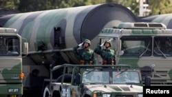 2009 年 10 月 1 日,在北京舉行的慶祝中華人民共和國成立 60 週年的大規模閱兵式上,中國人民解放軍(PLA)士兵在核導彈前敬禮。 (路透社照片)