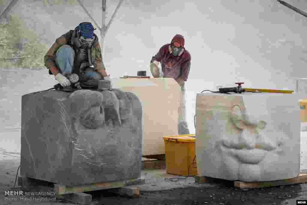 سمپوزیوم بینالمللی مجسمهسازی تهران با حضور ۲۹ هنرمند از ۱۴ کشور دنیا در برج میلاد برگزار شد. عکس: مجید حق دوست