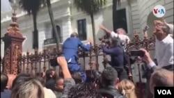 El lunes 6 de enero de 2020, el presidente interino de Venezuela, Juan Guaidó, denunció la toma militar de la sede del parlamento venezolano. Imagen tomada de video.