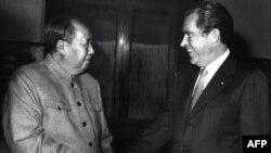 Lãnh tụ Mao Trạch Đông bắt tay Tổng thống Richard Nixon sau cuộc họp của họ ở Bắc Kinh, 22/2/1972