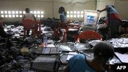 Các tình nguyện viên lập bảng kết quả tại trung tâm Fikin ở Kinshasa, Cộng hòa Dân chủ Congo, 4/12/2011