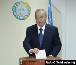 Prezident Islom Karimov 21-dekabrda o'tgan parlament saylovlarida ovoz bermoqda. 29-mart kuni kutilayotgan prezident saylovlarida qayta saylanishiga shubha yo'q.