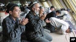Toshkentdagi bozorda musulmonlar namoz o'qimoqda.