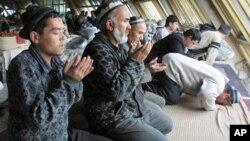 Musulmonlar bozorda ibodat qilmoqda, Toshkent, O'zbekiston