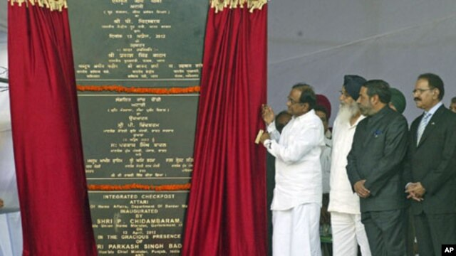 India's Home Minister Palaniappan Chidambaram (C) unveils a plaque with India's Trade Minister Anand Sharma (2nd R), his Pakistan counterpart Makhdoom Amin Fahim (R) and Punjab's Chief Minister Parkash Singh Badal (3rd R) during the inauguration of the In