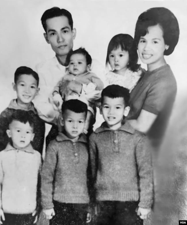 Gia đình cố Đại tá Nguyễn Tuấn (tất cả đều bị sát hại, trừ ông Nguyễn Từ Huấn-đứng giữa; ảnh chụp năm 1967). (Hình: Nguyễn Từ Huấn cung cấp)