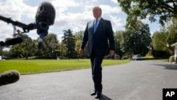 美国总统川普在白宫南草坪回答记者问题。(2017年9月29日)