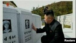 """""""金正恩访问沉没军舰水兵墓地"""", 朝鲜中央社经由路透社提供"""