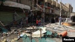 24일 이라크 바그다드 동부에서 일어난 차량 폭탄 테러 현장의 잔해.