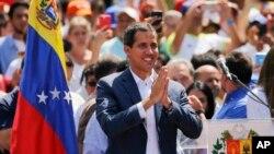 베네수엘라 임시 대통령임을 선언한 후한 과이도 국회의장이 2일 니콜라스 마두로 대통령의 퇴진을 요구하는 집회에 참석했다.
