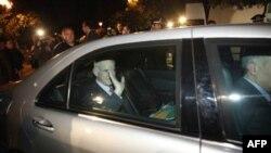 Thủ tướng Hy Lạp George Papandreou vẫy chào sau khi rời khỏi cuộc họp với Tổng thống Hy Lạp Karolos Papoulias và lãnh đạo đối lập Antonis Samaras tại Athens hôm Chủ nhật, ngày 6/11/2011