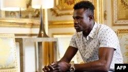 Mamoudou Gassama, 22 ans, originaire du Mali, est photographié lors d'une rencontre avec le président français Emmanuel Macron à l'Elysée à Paris, France, le 28 mai 2018.