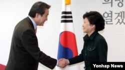 18일 중국 특사로 파견하는 김무성 전 선대위 총괄본부장(왼쪽)과 악수하는 박근혜 한국 대통령 당선인.