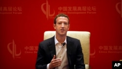 CEO Facebook Mark Zuckerberg dalam diskusi panel di Beijing (19/3). (AP/Mark Schiefelbein)
