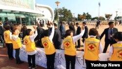 지난 24일 금강산에서 열리는 남북 이산가족 상봉행사에 참가하는 2차 상봉단 가족들이 동해선남북출입사무소에 도착, 대한적십자사 봉사원들의 환송을 받으며 출경장으로 이동하고 있다. (자료사진)