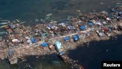Vista aérea del poblado de pescadores de Guiwan en una de las zonas devastadas por el tifón Haiyán.