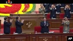 در این تصویر گرفته شده از تلویزیون از نشست حزب حاکم کره شمالی، کیم جونگ اون در وسط دیده می شود.