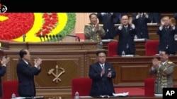 2016年5月7日电视: 朝鲜领导人金正恩(中)在平壤大会上