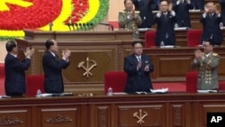 Lãnh đạo Bắc Triều Tiên Kim Jong Un (giữa) tại đại hội đảng cầm quyền ở Bình Nhưỡng, Bắc Triều Tiên, ngày 7 tháng 5 năm 2016.
